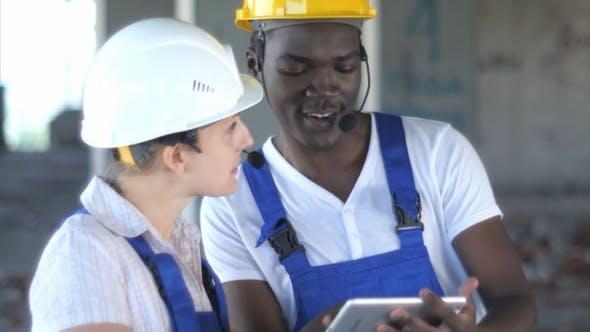 Thumbnail for Selbstbewusste Ingenieurin oder Architektin diskutieren Baufragen mit männlichen Kollegen