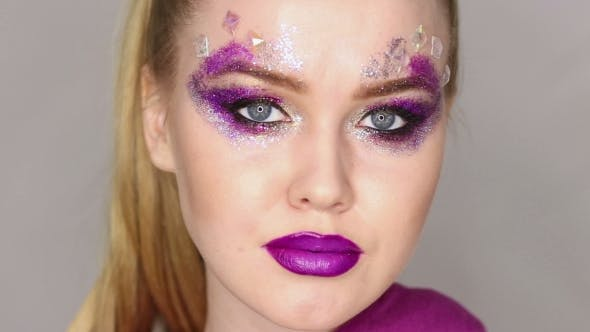 Thumbnail for Beauty Make-up. Lila Make-up und bunte helle Nägel. Schöne Mädchen Porträt