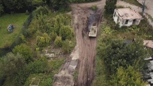 Luftmilitärsoldaten Sittingon beweglicher Armee-Panzer auf Schießtraining