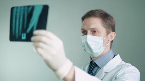 der Arzt beschäftigt sich mit der Behandlung von Patienten. Untersucht die Röntgenaufnahme eines Patienten