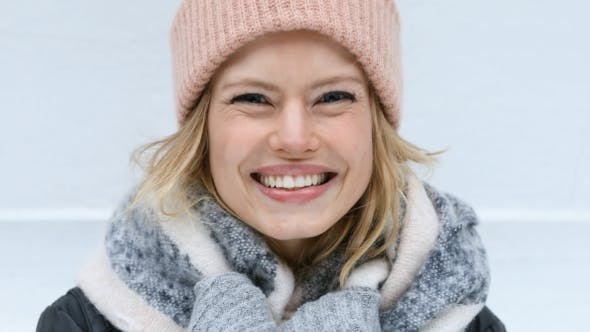 Thumbnail for Blonde Schönheit in Wintermode
