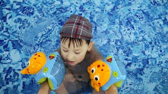 Little Kids Bathe in the Swimming Pool