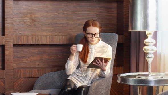 Thumbnail for Stilvolle Rothaarige Mädchen arbeiten zu Hause Büro.