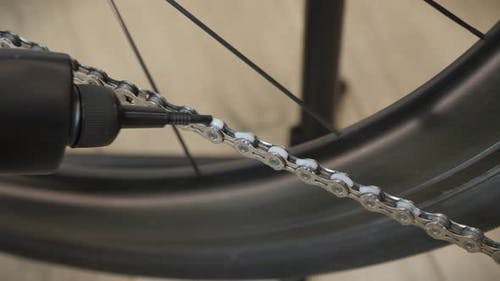 Greasing bicycle chain with lubricate oil