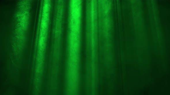 Lichtstrahlen auf grünem Hintergrund