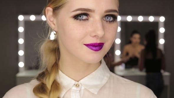 Thumbnail for Schönes Glamour Mädchen mit kurzen blonden Haaren.