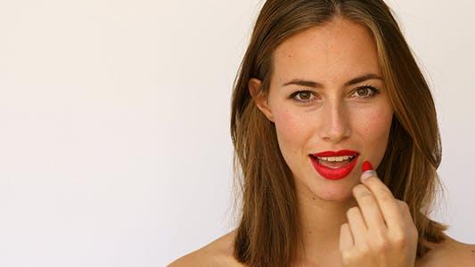 Thumbnail for Flirty Girl mit rotem Lippenstift