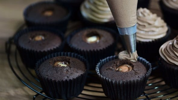 Decorating Cup-cake with Chocolate Cream
