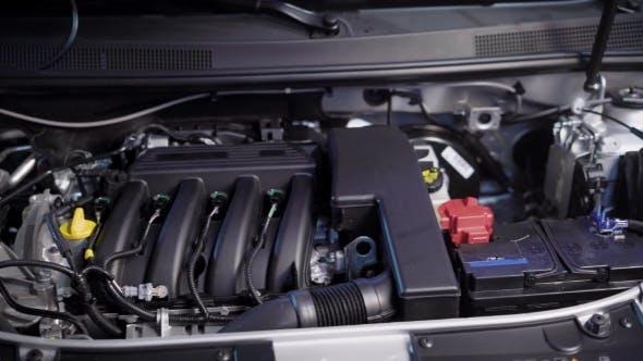 Thumbnail for Clear Motor und geöffnete Motorhaube des Autos in Betrieb