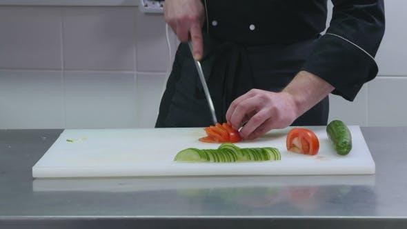 Thumbnail for Mann in der Küche Schneiden Tomate