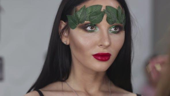 Thumbnail for Modisches Make-up. Frau mit bunten Make-up und Körperkunst