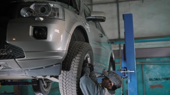 Cover Image for The Vehicle Repair Technician Wields the Previously Discarded Wheel on the Car