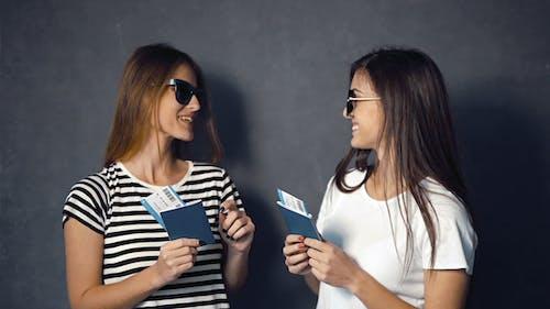 Begeisterte Mädchen mit Tickets