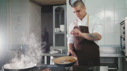 Chef gießt die Sauce ins Fleisch
