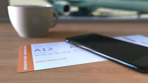 Bordkarte nach Panama City und Smartphone auf dem Tisch auf dem Flughafen während der Reise nach Panama