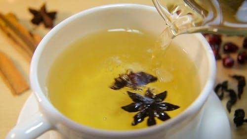 Eine Tasse Tee mit Anis