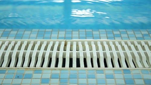 Leeres Schwimmbad Fliesenboden und Entwässerung