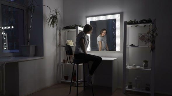 Thumbnail for Das Mädchen sieht sich selbst in den Spiegel