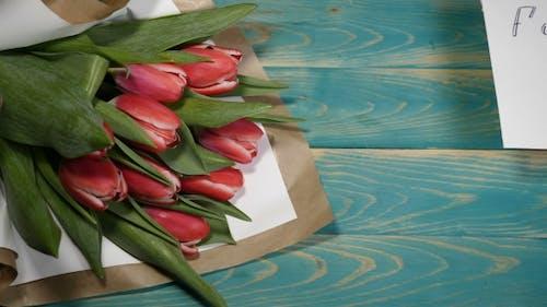 Verzeihen Sie mir Nachricht und Tulpen Blumen Blumenstrauß auf einem Holztisch Paar Beziehung