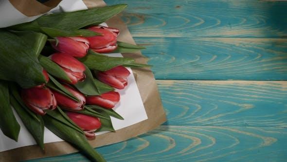 Liebesnachricht Notiz und Tulpen Blumen Blumenstrauß auf einem Holztisch Liebesbeziehung