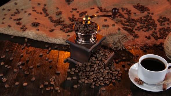 Weiße Tasse mit schwarzem Kaffee auf einer Untertasse mit Zimt