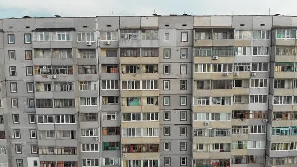 Thumbnail for Mehrstöckiges Mehrstöckiges Gebäude, Luftaufnahme. Fliegen in der Nähe von Fassade mit Fenstern
