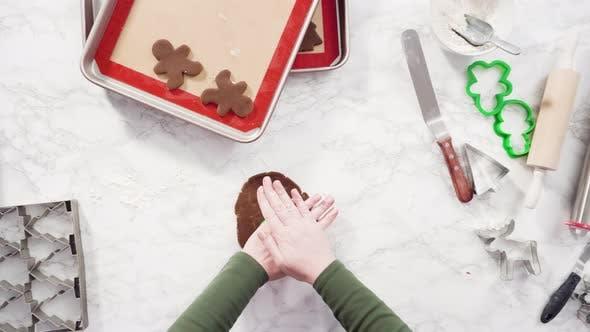Flache Liege. Schritt für Schritt. Ausrollen von Lebkuchen Keksteig, um Weihnachtskekse zu backen.