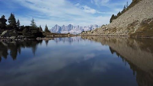 Flug über den Spiegelsee mit Reflexionen von Dachstein, Österreich