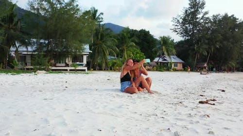 Mädchen, die auf der schönen Lagunenstrandwildtiere durch das türkisfarbene Meer und den weißen sandigen Hintergrund von Ko