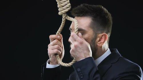 Verzweifelter Geschäftsmann legt Hangmans-Schlinge um den Hals, Konkurs, Nahaufnahme