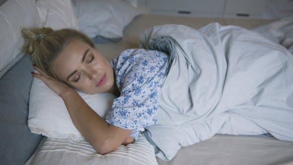 Thumbnail for Schöne Frau schlafen im Bett