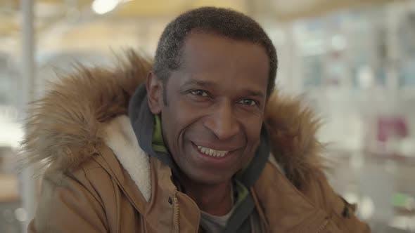 Thumbnail for Mittelalter Mann im Winter Jacke lächelnd bei der Kamera