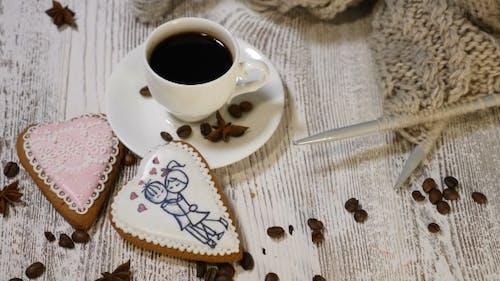 Couple Relations Valentine`s Day Concept Eine Tasse Kaffee und Ingwer Keks mit Stricken