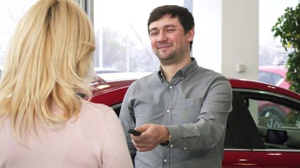 Thumbnail for glücklich Reifen Mann Übergabe Autoschlüssel zu einem neuen Auto zu Seine Liebevolle Frau