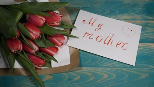 Meine Mutter Nachricht Notiz und Tulpen Blumen Blumenstrauß auf einem Holztisch Liebe Beziehung