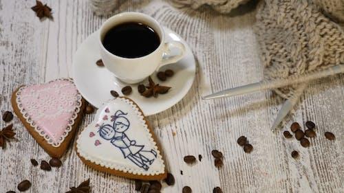 Couple Relations Saint Valentine`s Day Concept Eine Tasse Kaffee und Ingwer Keks mit Stricken