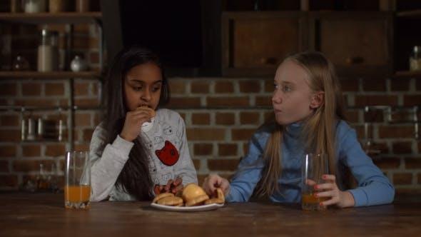 Entspannt Diverse Kids Trinksaft in der Küche