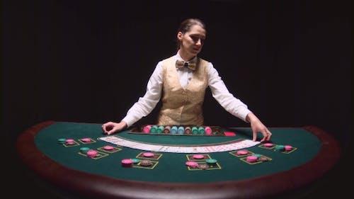 Casino Professional Dealer mischt die Poker-Karten und Performing Trick mit Karten. Schwarz