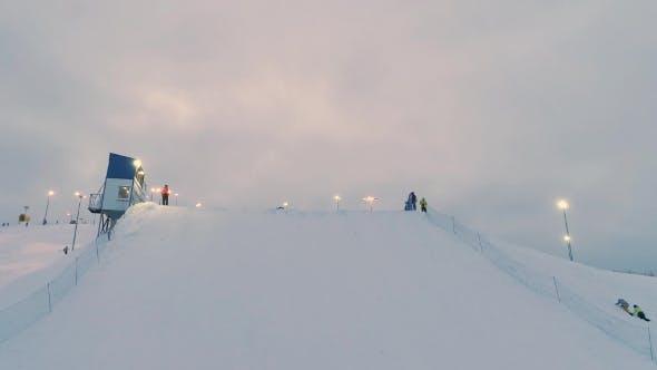 Thumbnail for Atletas Snowboarders compiten en el aire grande.