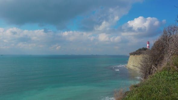 Thumbnail for Leuchtturm und Ozean Küste Klippe am schönen Tag, Schiffe in der Ferne