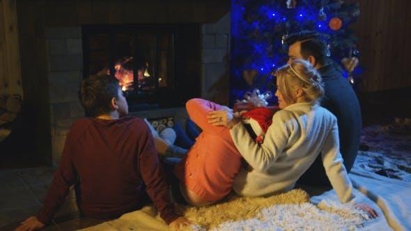 Thumbnail for Familie verbringen Zeit am Kamin in Weihnachten