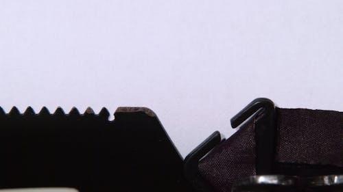 Writer Typen eine Liebe auf einer Schreibmaschine