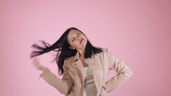 Thumbnail for Schönheit Porträt von Brünette ziemlich kaukasische Frau in Mode Jacke auf rosa Hintergrund in Studio