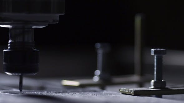 Thumbnail for In einem schönen Licht schnitzelt der Bohrer langsam den Aluminiumplatte Firmennamen für
