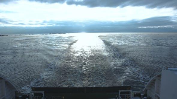 Thumbnail for Grand Ferryboat à voile dans la mer froide