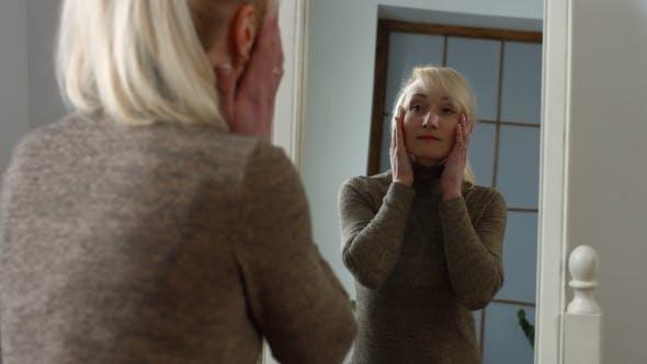 Thumbnail for Schöne lächelnde elegante Frau Blick auf Spiegel