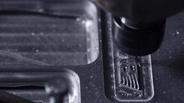Thumbnail for Bohrer langsam schnitzt die Aluminiumplatte heraus