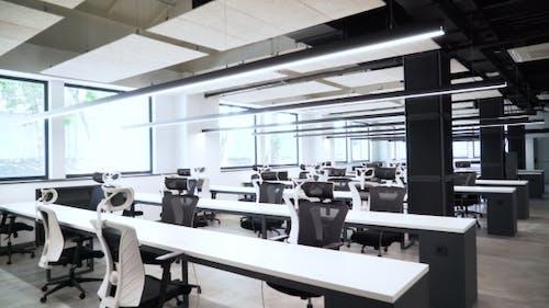Ein leeres und geräumiges Büro