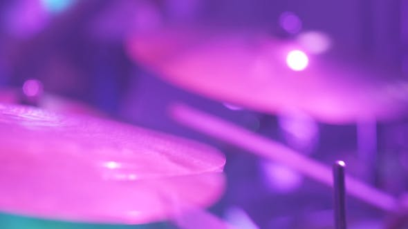 Thumbnail for Musiker spielt Schlagzeug während Rockkonzert