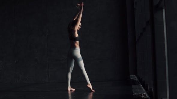 Thumbnail for Flexible Mädchen ist Aufwärmen
